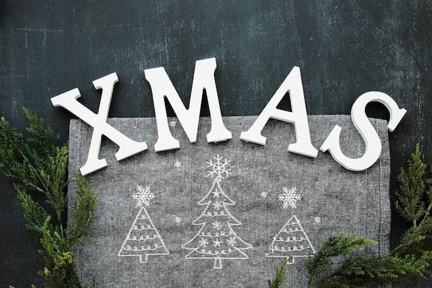 Weihnachtsaufschrift mit grünen niederlassungen