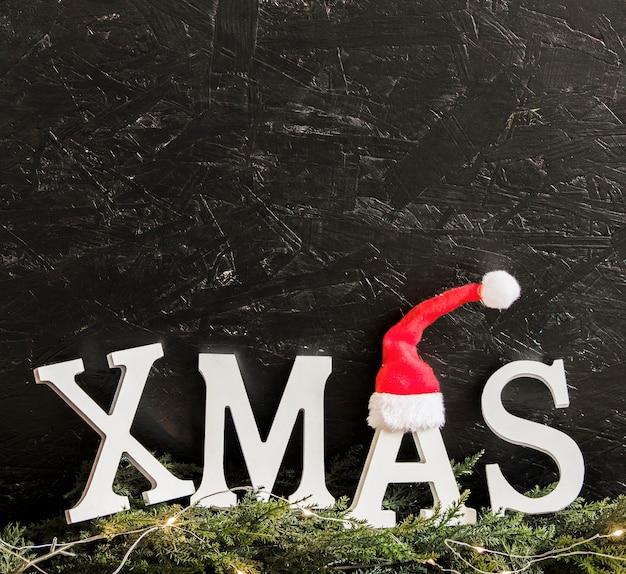 Weihnachtsaufschrift mit sankt-hut und -niederlassungen