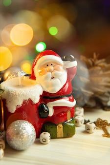 Weihnachtsausrüstungsdekorationen auf hölzernem hintergrund für feiertagskonzept.