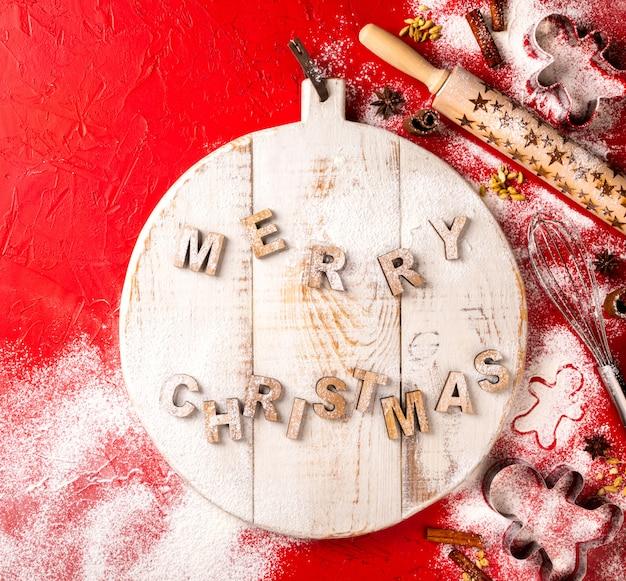 Weihnachtsbacken eingestellt auf roten hintergrund.