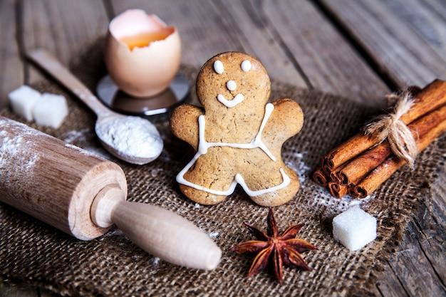 Weihnachtsbackkekse mit kugeln gewürzen und leerem schneidebrett abstrakt