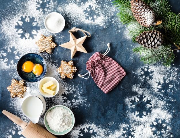 Weihnachtsbackzutaten mit schneeflockenplätzchen