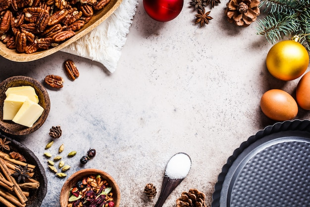 Weihnachtsbäckerei hintergrund. bestandteile für die feiertagstorte auf einem grauen hintergrund, draufsicht, kopienraum.