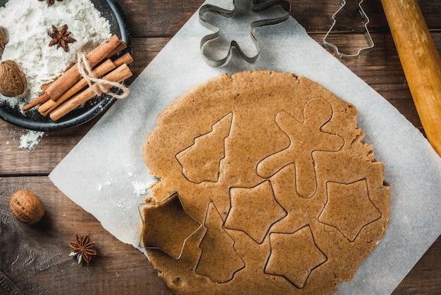 Weihnachtsbäckerei ingwertig für lebkuchenlebkuchenmänner spielt nudelholzgewürzmehl der weihnachtsbäume (zimt und anis) auf der weißen marmortabelle der hauptküche die hauptrolle