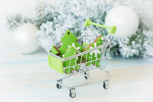 Weihnachtsbäume im einkaufswagen