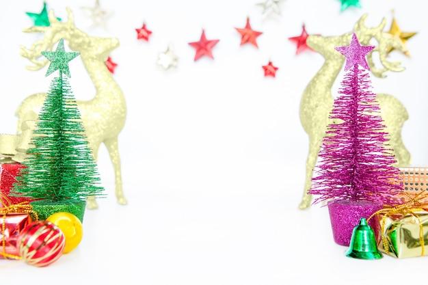 Weihnachtsbäume spielen kleine flitterdekorationsverzierungen auf weißem hintergrund