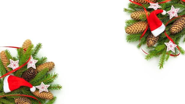 Weihnachtsbäume, zapfen und weihnachtsmützen auf einem weißen hintergrund.