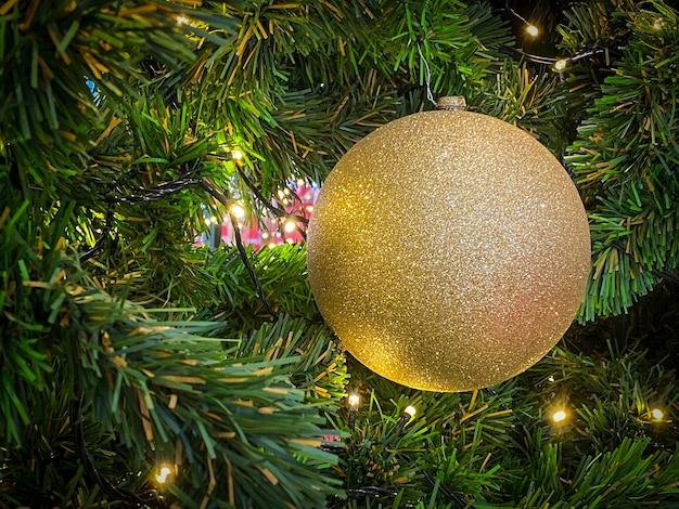 Weihnachtsball auf dem weihnachtsbaum für frohe weihnachten und ein gutes neues jahr