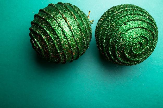 Weihnachtsball auf grünem paprika backround. weihnachtsgrußkarte. fröhliche weihnachten. ansicht von oben. copyspace. minimalismus .