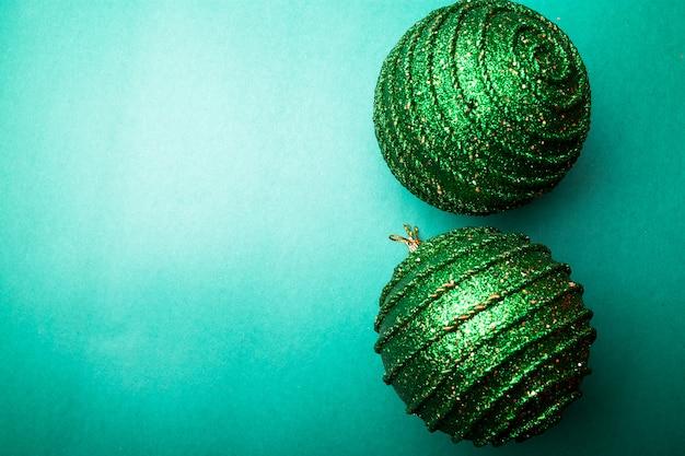Weihnachtsball auf grünem paprika backround. weihnachtsgrußkarte. fröhliche weihnachten. ansicht von oben. kopieren sie platz. minimalismus-konzept.