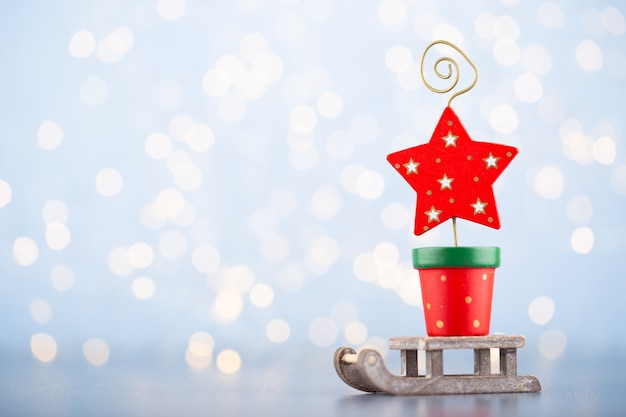 Weihnachtsball hintergrund. grußkartendekorationen auf einem blauen bokeh hintergrund.