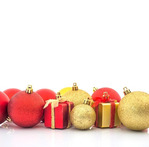 Weihnachtsball- und weihnachtsgeschenkhintergrund