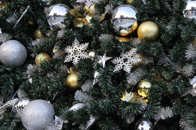 Weihnachtsballfall auf grünem partyhintergrund des neuen jahres der kiefer.