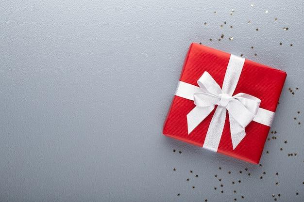 Weihnachtsbanner. hintergrund-weihnachtsdesign, mit realistischer geschenkbox und glitzerkonfetti. horizontales weihnachtsplakat, grußkarten.