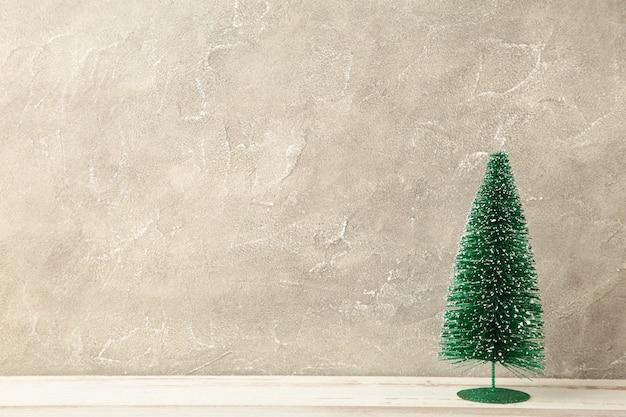 Weihnachtsbaum auf einem grauen betonhintergrund