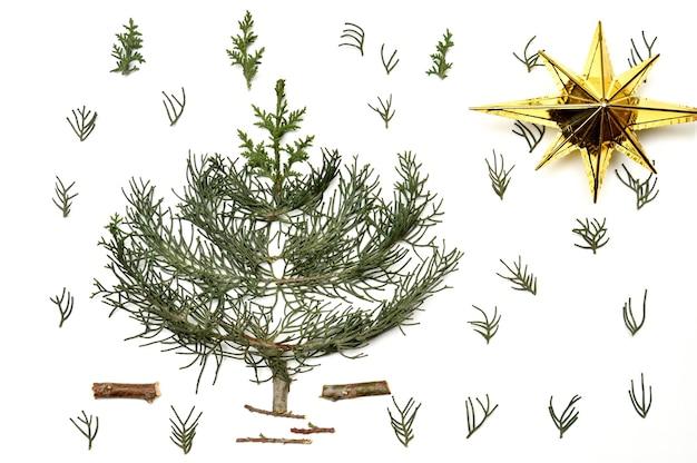 Weihnachtsbaum auf einem weißen hintergrund. neujahrsfeiertage. zur isolation