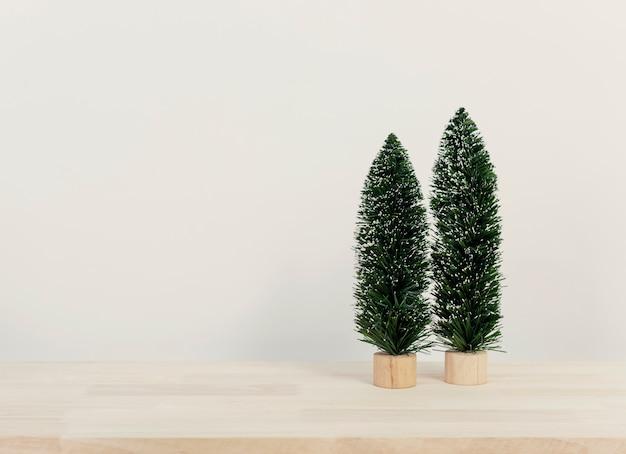 Weihnachtsbaum auf hölzerner tabelle mit kopienraum für design.