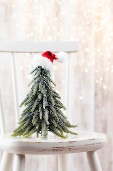 Weihnachtsbaum auf holz, bokeh-hintergrund. weihnachtsfeiertagsfeierkonzept. grußkarte. Premium Fotos