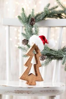 Weihnachtsbaum auf holz, bokeh-hintergrund. weihnachtsfeiertagsfeierkonzept. grußkarte.
