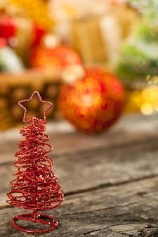 Weihnachtsbaum auf holztisch gegen dekorationen