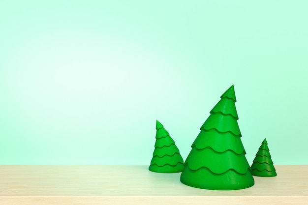 Weihnachtsbaum auf holztisch vor blauem hintergrund.