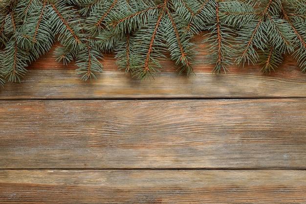 Weihnachtsbaum auf holzuntergrund