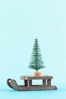 Weihnachtsbaum auf pastellfarbenem hintergrund. weihnachts- oder neujahrs-minimal-konzept.