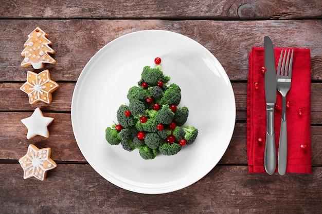 Weihnachtsbaum aus brokkoli, auf teller, nahaufnahme