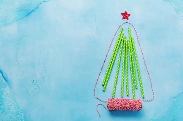 Weihnachtsbaum aus buntem papier trinken