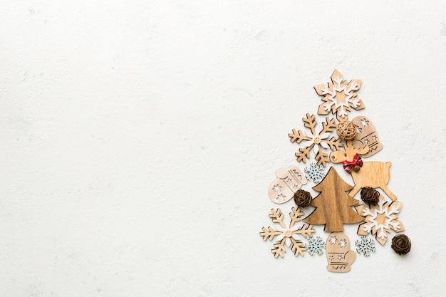 Weihnachtsbaum aus farbiger handgemachter kugeldekoration auf farbigem hintergrund, ansicht von oben. minimales konzept des neuen jahres mit kopienraum