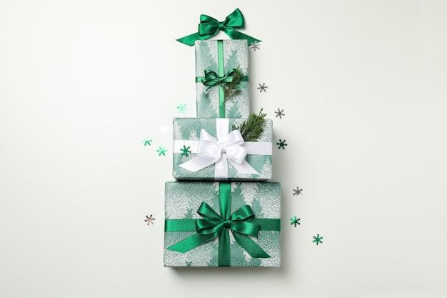 Weihnachtsbaum aus geschenkboxen auf weißem tisch