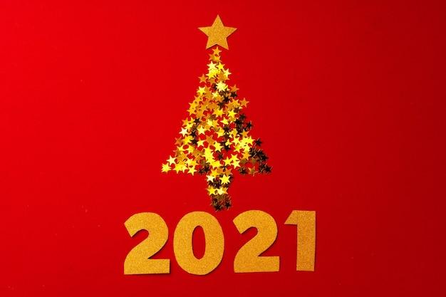 Weihnachtsbaum aus goldkonfetti auf rot