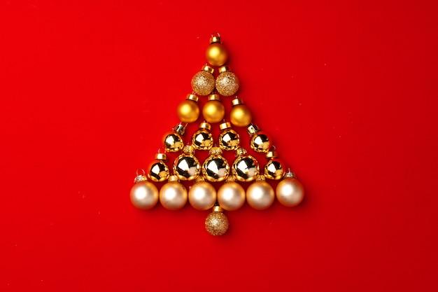 Weihnachtsbaum aus goldkugeln auf roter draufsicht