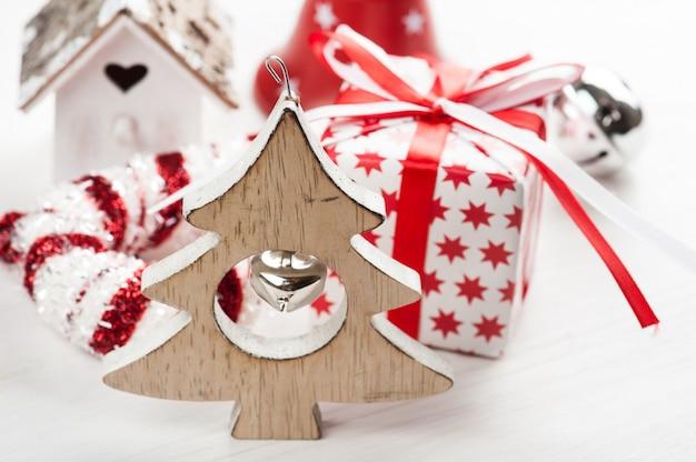 Weihnachtsbaum aus holz mit glocke