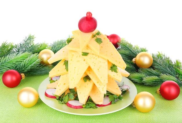 Weihnachtsbaum aus käse auf dem tisch