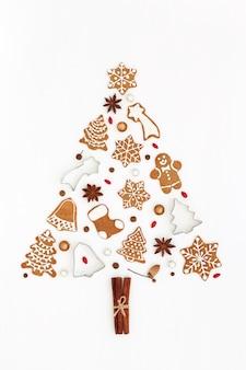 Weihnachtsbaum aus lebkuchenplätzchen, gewürz auf weiß