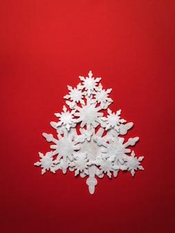 Weihnachtsbaum aus papierschneeflocken. weihnachten und neujahr.