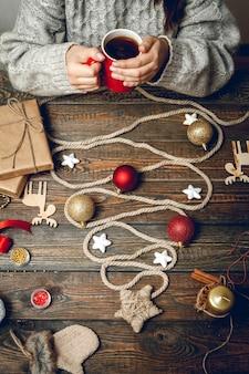 Weihnachtsbaum aus seil auf einem holztisch