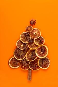 Weihnachtsbaum aus trockenen orangen auf orange.