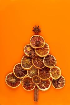 Weihnachtsbaum aus trockenen orangen