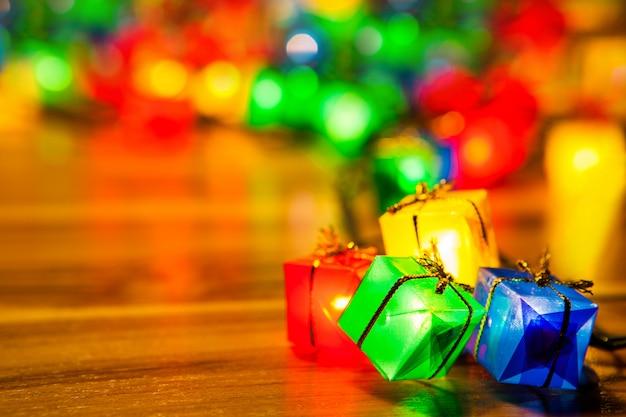 Weihnachtsbaum beleuchtet birnengeschenkkastennahaufnahme auf hölzernem