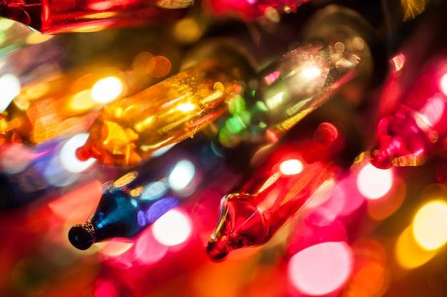 Weihnachtsbaum beleuchtet birnennahaufnahme auf dem bunten bokeh