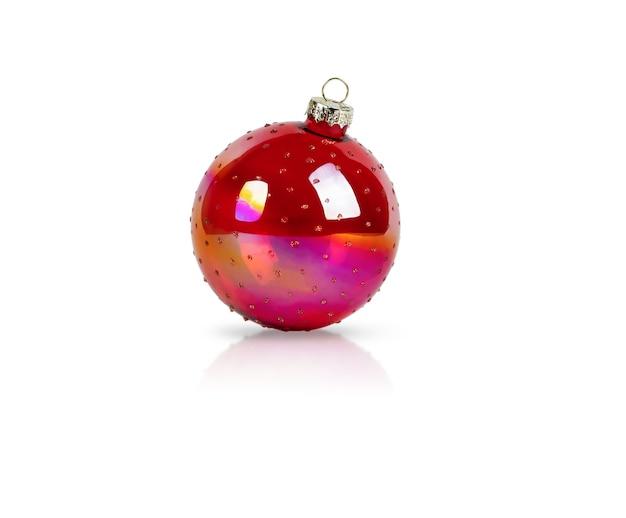 Weihnachtsbaum dekoration ball rote farbe auf isoliertem weißem hintergrund mit schatten