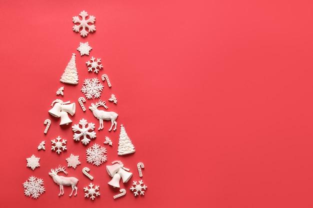 Weihnachtsbaum der unterschiedlichen formform auf rotem weihnachtsfeiertag
