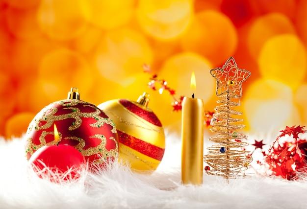 Weihnachtsbaum draht mit kerze und kugeln