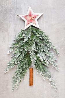 Weihnachtsbaum flach lag auf dem grauen hintergrund.