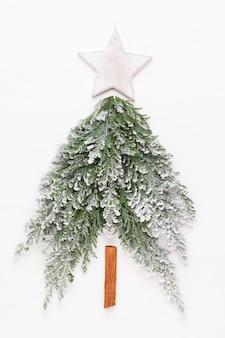 Weihnachtsbaum flach lag auf der weißen oberfläche. neujahrskonzept. speicherplatz kopieren. flach liegen. draufsicht.