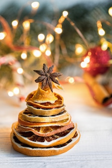 Weihnachtsbaum gemacht aus getrockneten orange scheiben und anisstern, vertikale zusammensetzung heraus