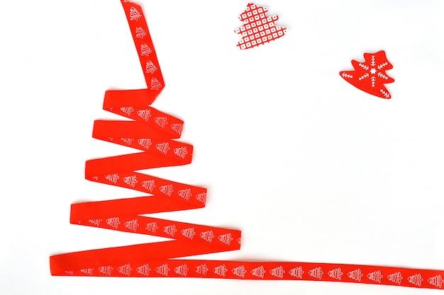 Weihnachtsbaum gemacht vom roten band auf weißem hintergrund, isolat