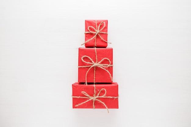 Weihnachtsbaum gemacht von den bunten geschenken und von den geschenken. flach legen ferienkonzept.